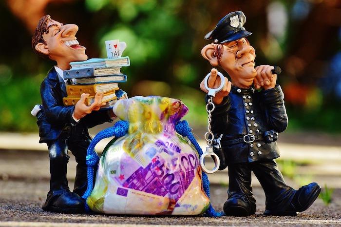 kleine Figuren ziehen einen Geldsack
