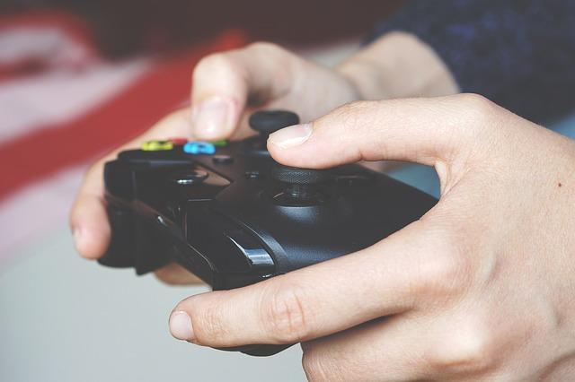 Zwei Hände halten ein Gamepad