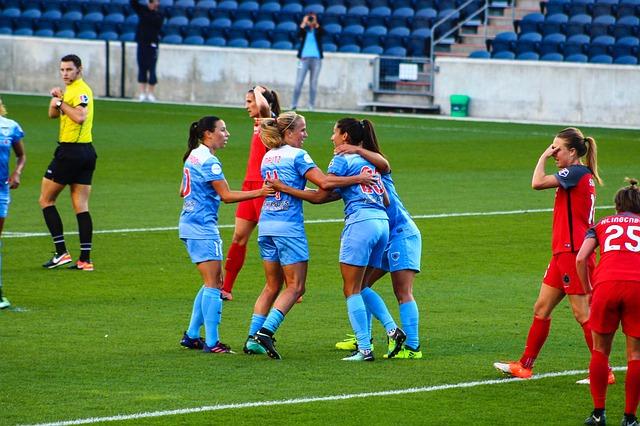 Frauen spielen Fussball im Stadion