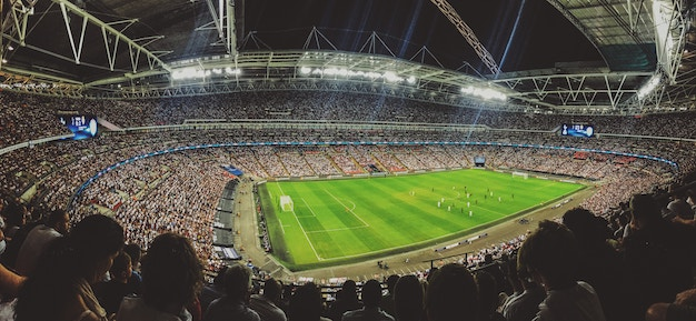 Blick in ein Stadion wo Fußball gespielt wird.