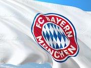 FC Bayern München Logo auf weißer Fahne