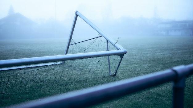 Verlassenes Fussball-Stadion mit umgestürzten Fußball-Tor