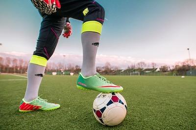 Fußball und Fußballschuh sollten aufeinander abgestimmt sein