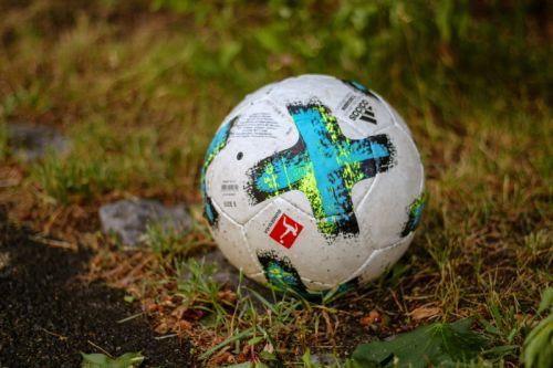 Ein Fussball im Gras