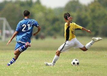 Fussballspieler schiessen einen Ball